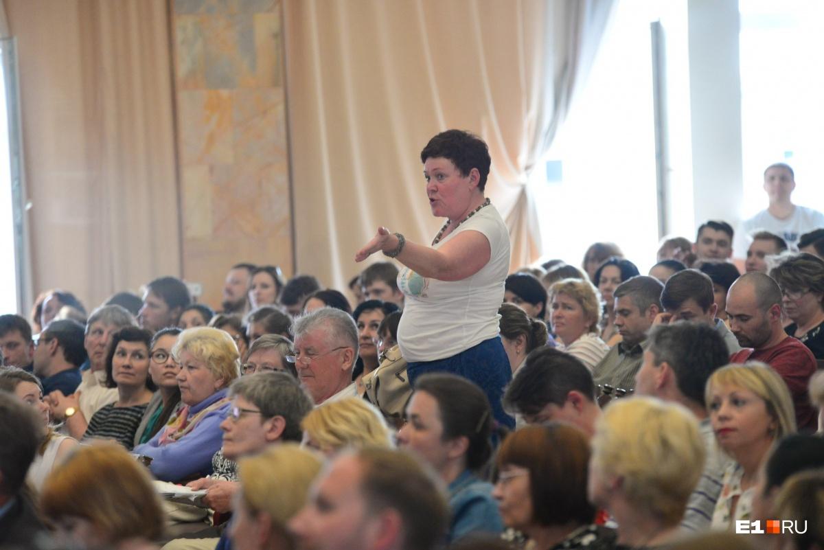 Слушатели просят включить микрофон Сахаровой