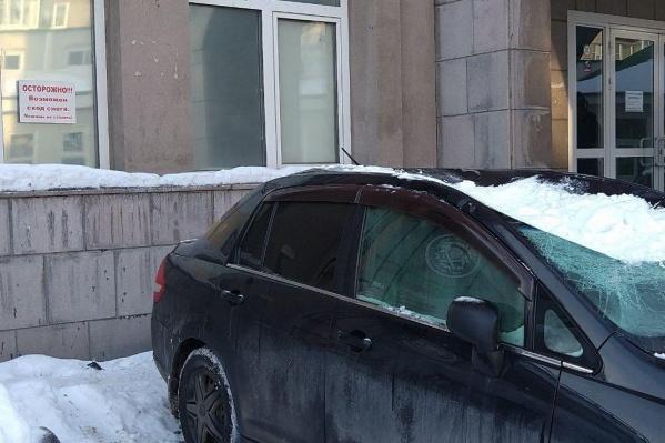 Машина была припаркована возле запрещающей таблички