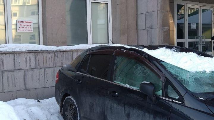 С бизнес-центра на Красном проспекте рухнула снежная глыба — она продавила крышу автомобиля