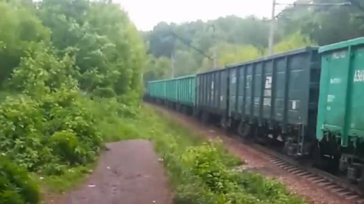 В Каменске-Уральском грузовой поезд насмерть сбил мужчину