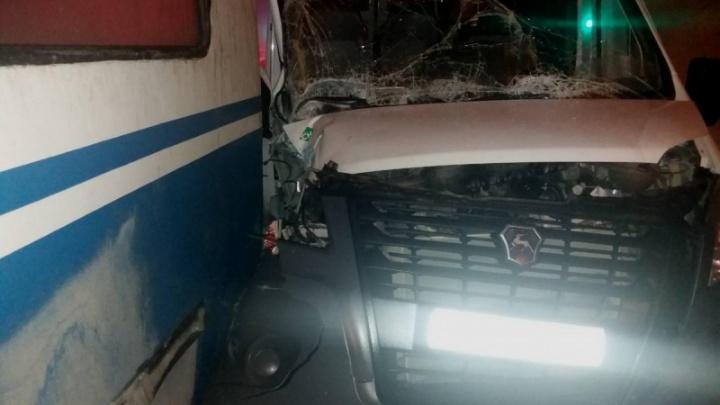 «Сломала нос и руку»: пассажирка маршрутки пострадала после столкновения с троллейбусом