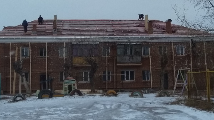 Подрядчик пообещал отремонтировать квартиры в доме, который остался без крыши и с грибком на стенах