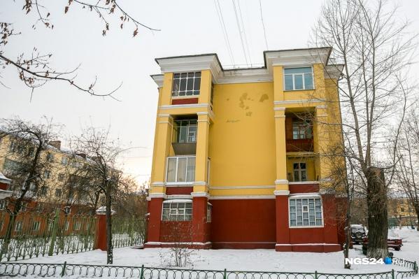 Обезопасить себя от продажи квартиры без ведома можно, написав заявление в Росреестр, что регистрация без собственника невозможна