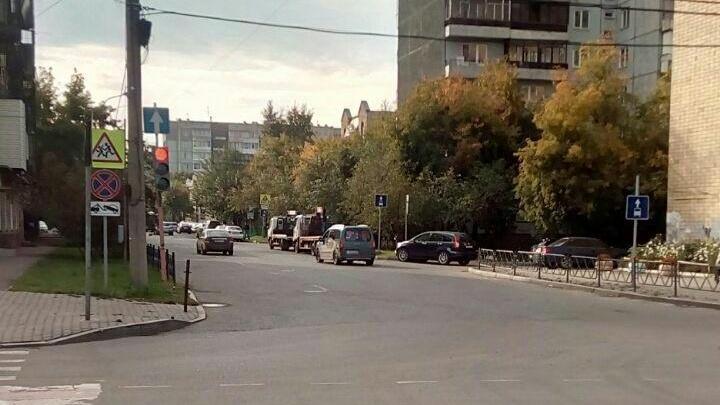 Дежурящие в поисках нарушителей эвакуаторы сутками занимают полосу для движения на Марковского