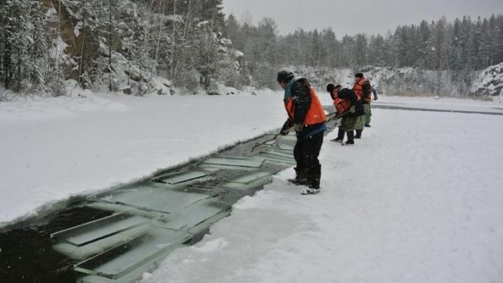 """""""Волнуемся, но тревогу пока не бьём"""": строители новогоднего городка ждут, когда в карьере встанет лёд"""