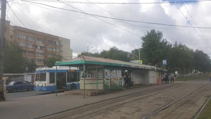 В Самаре с остановки на пересечении Антонова-Овсеенко — Советской Армии вывезли продуктовыйларек