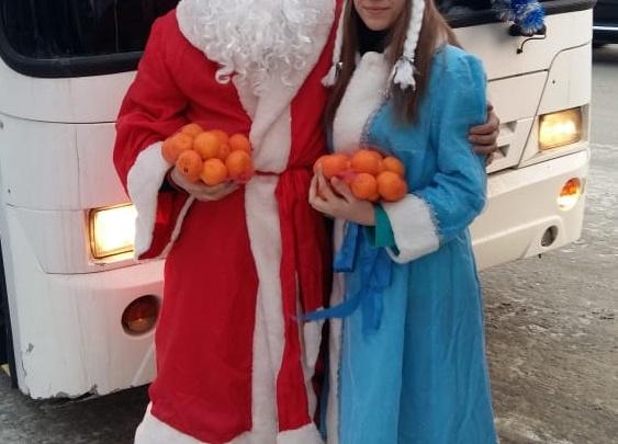 В новосибирском автобусе детям раздали мандарины