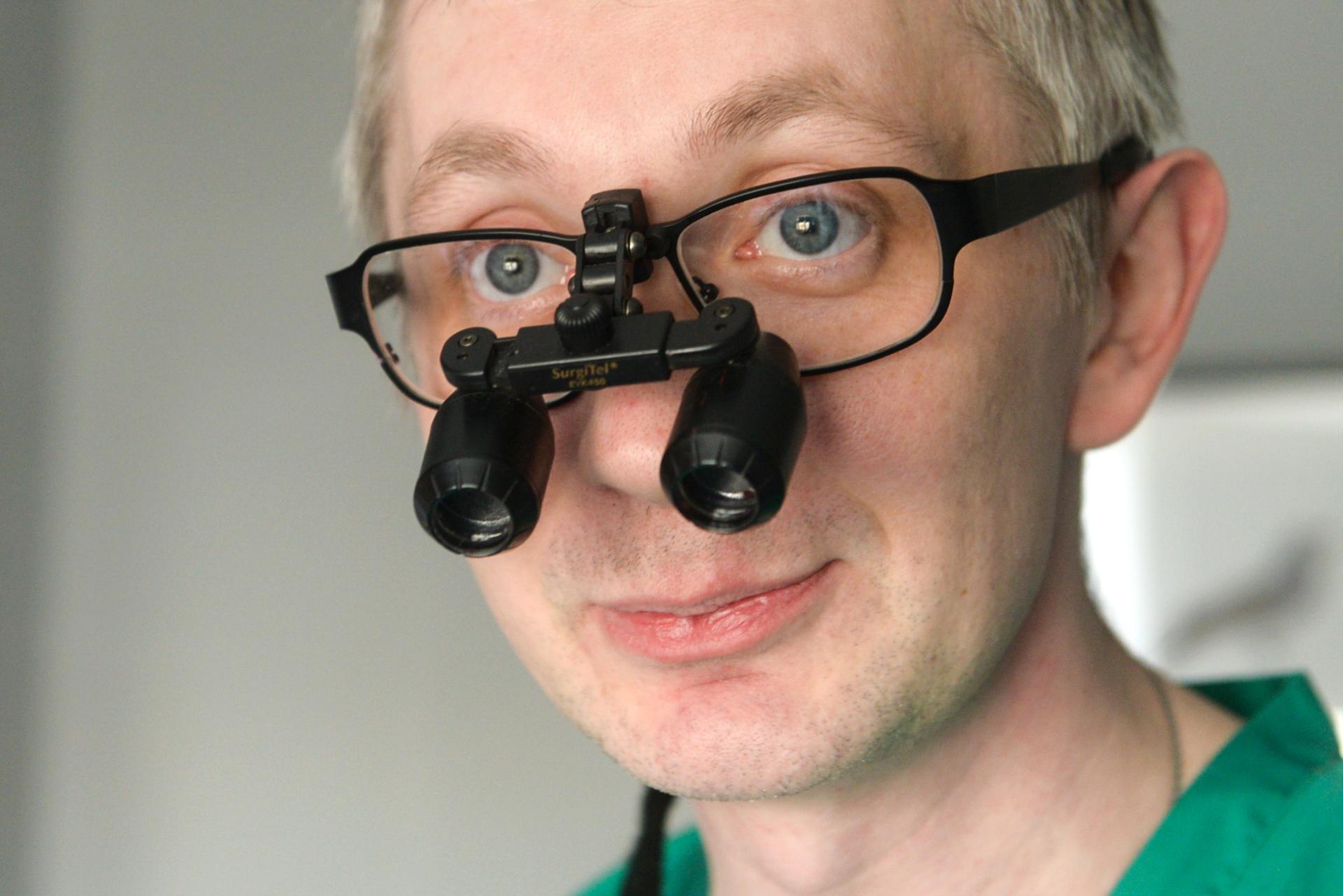 Во время операций Константин Казанцев использует специальные очки (телескоп). Они дают увеличение в 4,5 раза