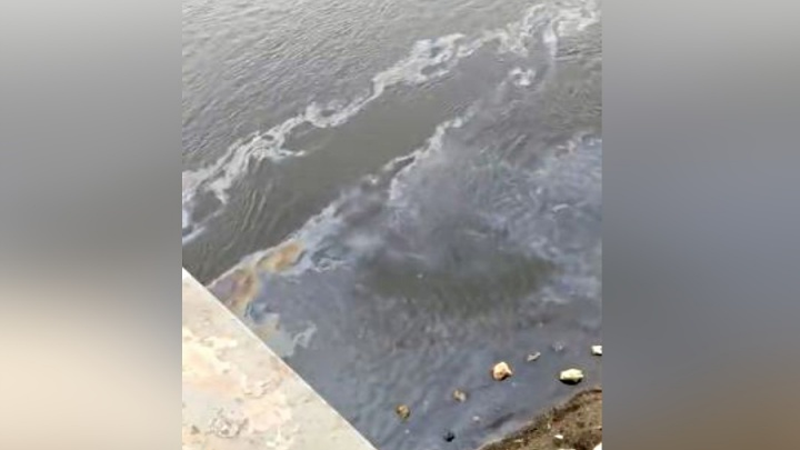 У «О'Кей» на правобережье по Енисею текут масляные пятна: за полгода их не убрали
