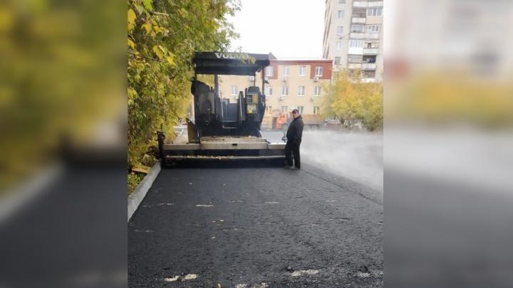 Никогдатакогонебыло,ивотопять: на Логунова рабочие укладывали асфальт в дождь