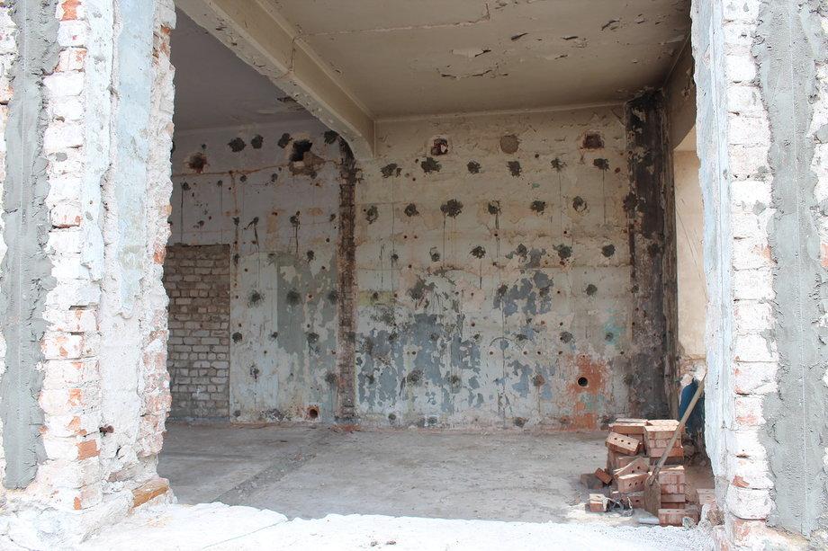 Попытки что-то сделать внутри здания, по всей видимости, не увенчались успехом