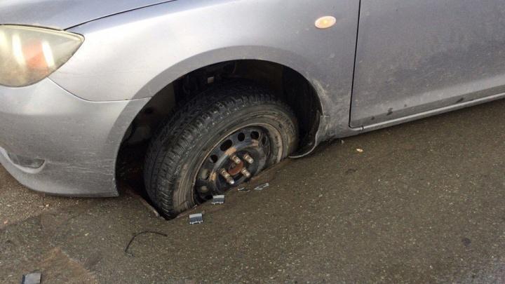 На Большевичке автомобиль провалился в открытый люк на дороге