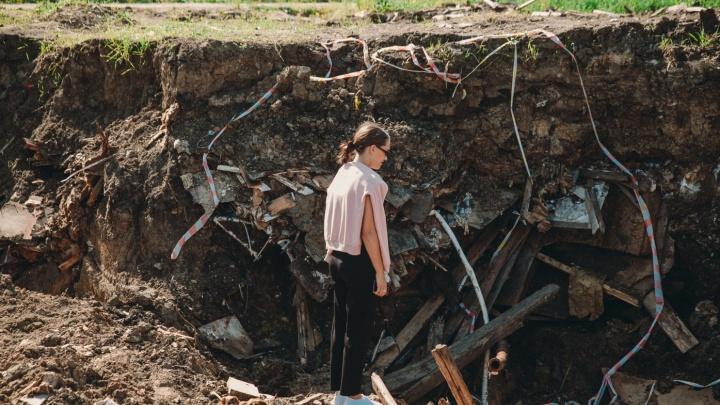 Подрядчик всё-таки закопал снесенный фенольный дом на Бабарынке. Опасные остатки нашли в земле