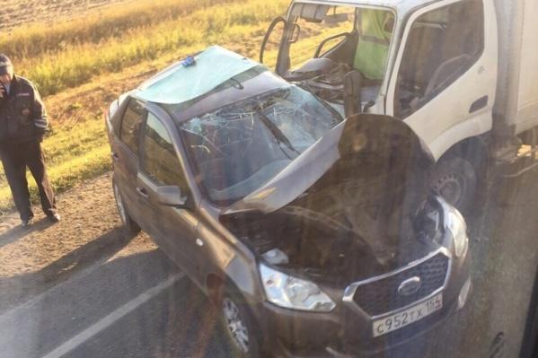 Легковую машину смяло от удара о грузовик