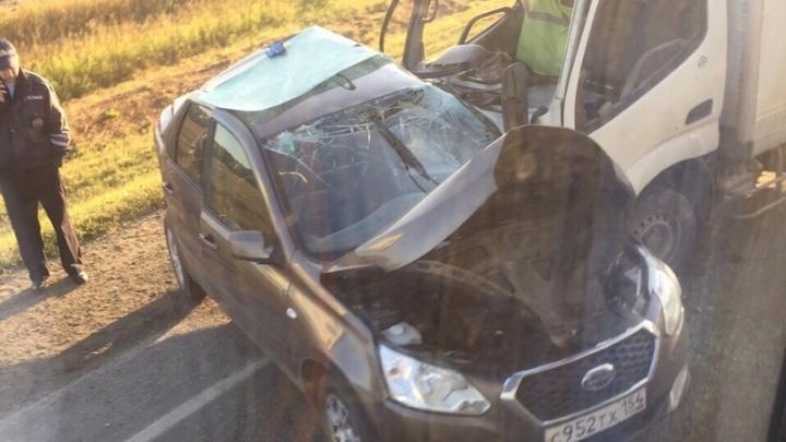 Седан врезался во встречный грузовик на трассе: один человек погиб
