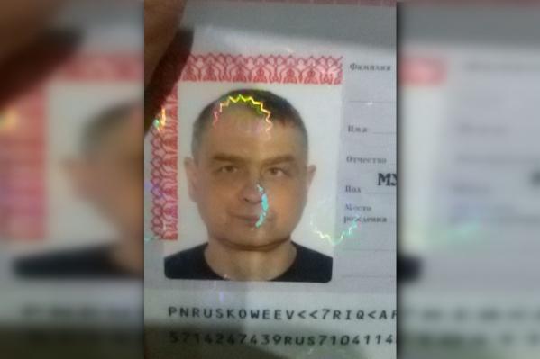 Юрию Кощееву 47 лет, у него серые глаза и русые волосы с седой прядью в челке