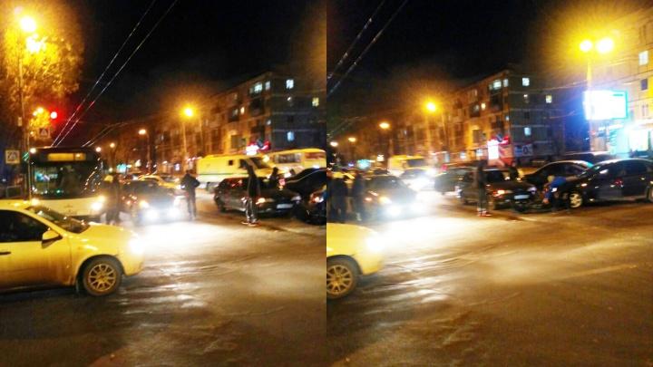 Молодая женщина пострадала в ДТП с автобусом и «Приорой» на улице Победы