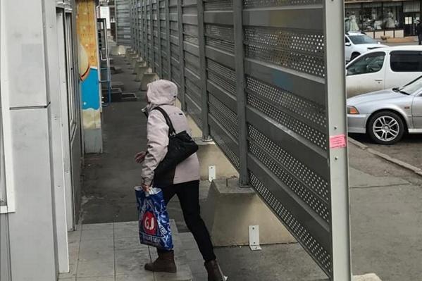 Забором чиновники попытались скрыть ларьки