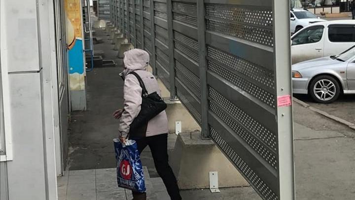 ГИБДД признала опасным для пешеходов забор около автовокзала, которым к Универсиаде прикрыли ларьки