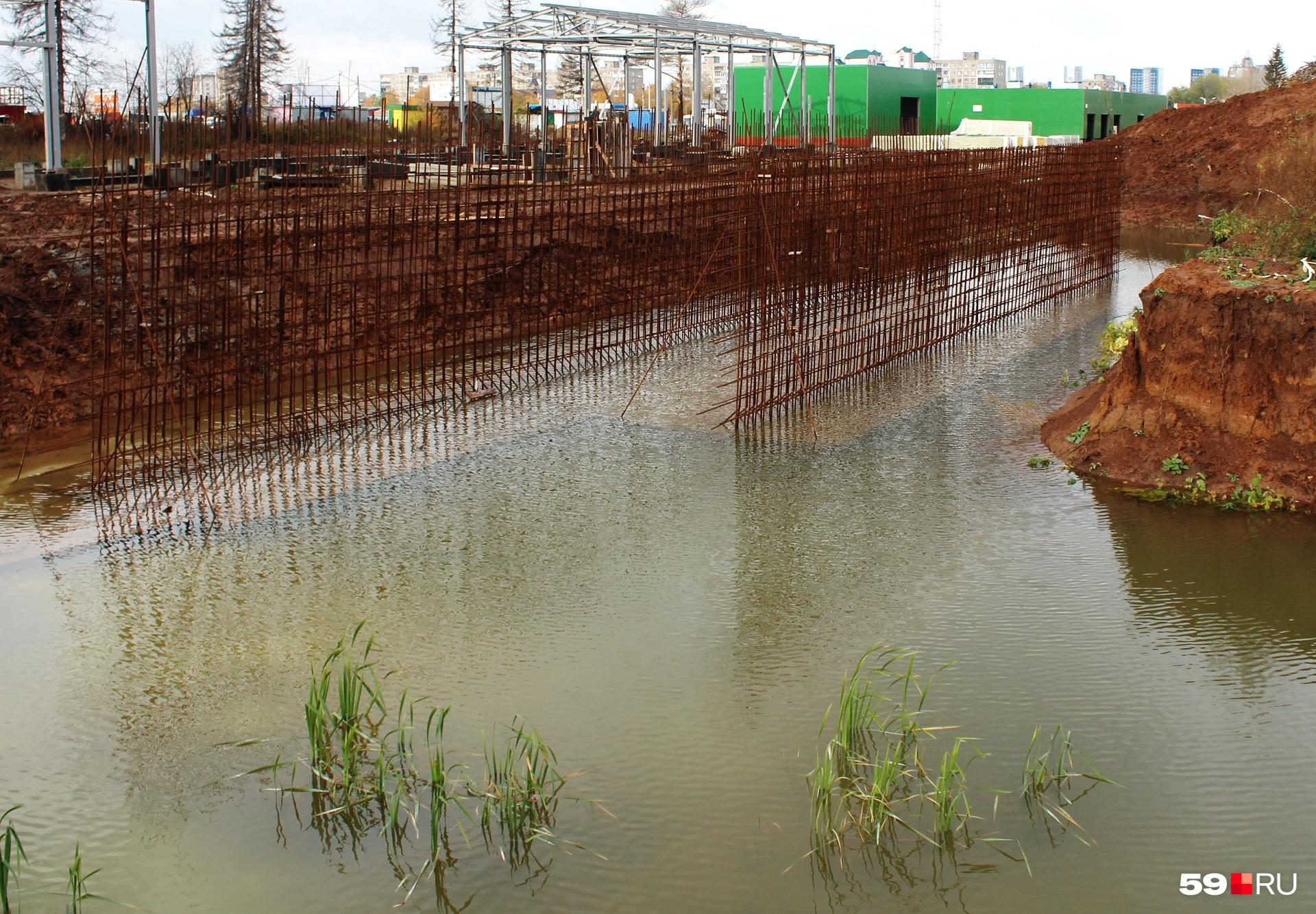 Позже мы спросим, не опасно ли оставлять такие озера на объекте на зиму