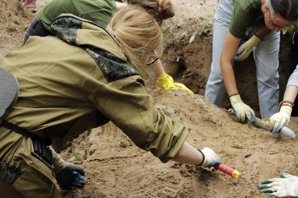 Отряд «Воскресение» во время раскопок останков одного из бойцов