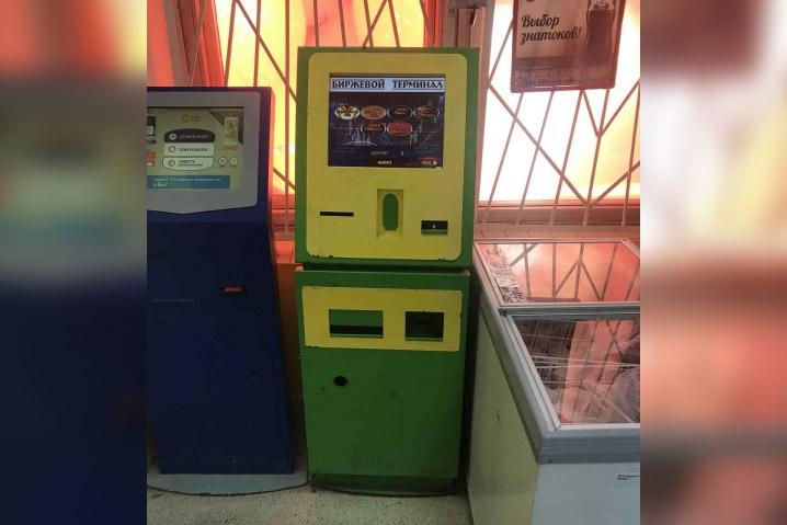 Игровые автоматы стояли рядом с терминалами для оплаты услуг и холодильниками