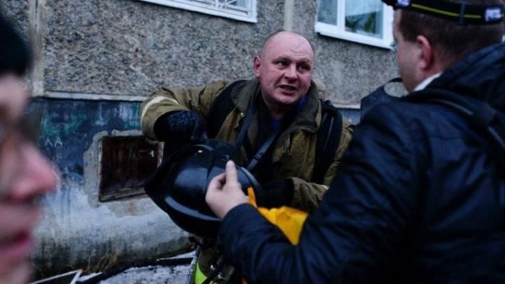 Свердловский спасатель получил медаль за спасение трёх человек из горящего дома