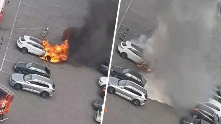 Вспыхнул моторный отсек: очевидцы сняли на видео, как сгорелPorsche Cayenne