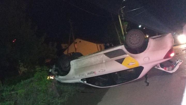 Ночью в Омске перевернулся автомобиль «Яндекс.Такси». Водителя увезли на скорой