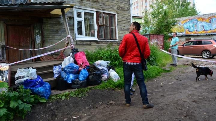 «Если бы спала, могла бы и не проснуться»: ночью в центре Архангельска съехал со свай жилой дом