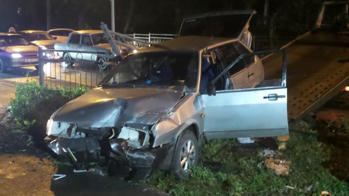 На Уктусе водитель «девятки» снёс дорожное ограждение и сбежал от инспекторов ГИБДД