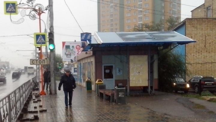 Остановку с крышей на «Зените» огородили забором, а пассажиров автобусов заставляют ждать под дождем