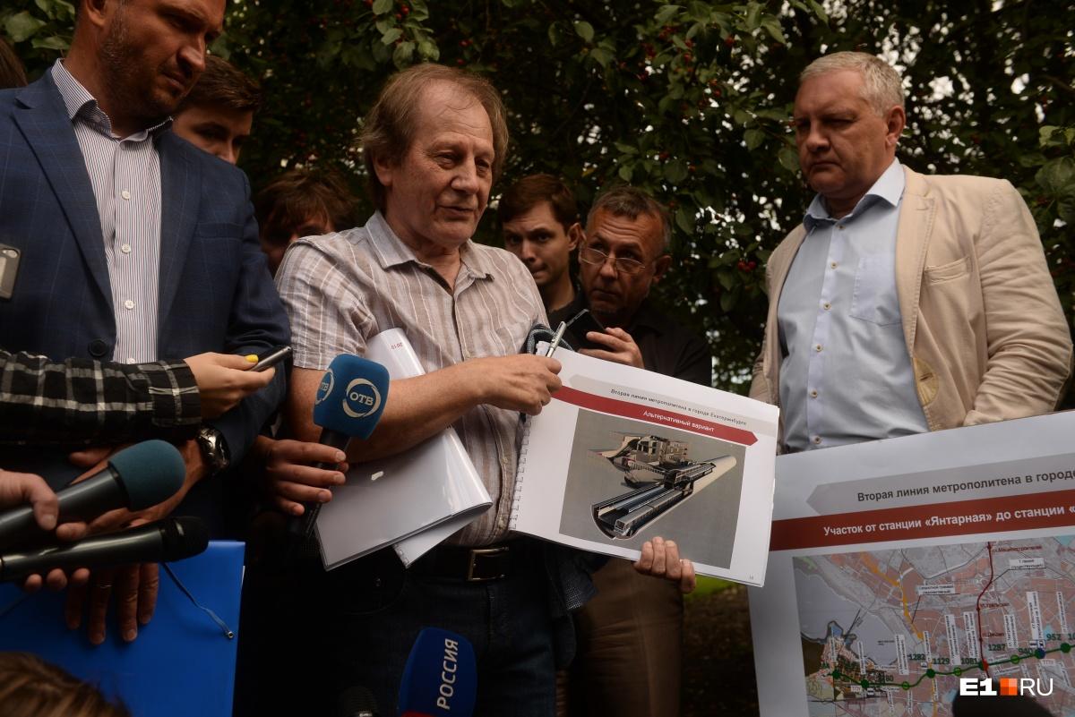 Представитель Уралгипротранса показывает, как можно строить станцию «Металлургическая»