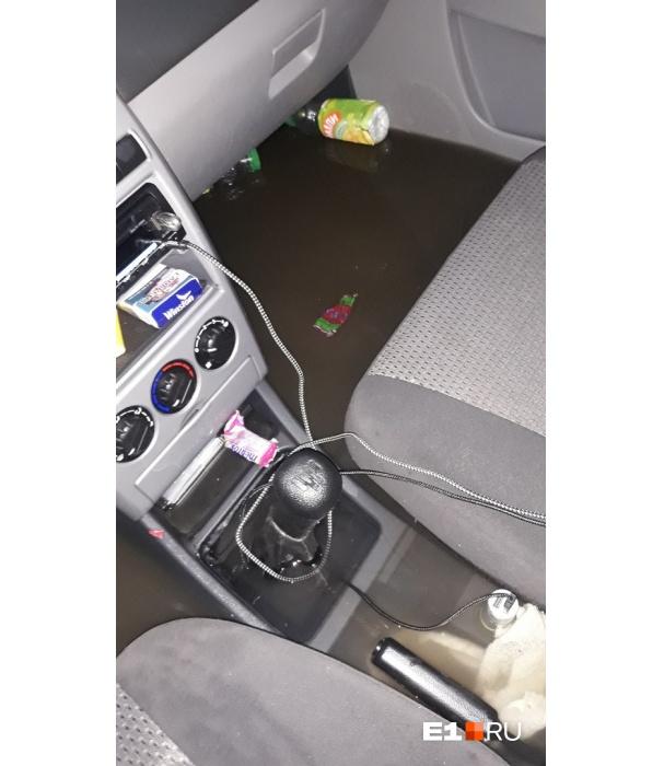 Читатель E1.RU утопил машину под мостом на Малышева-Восточной.