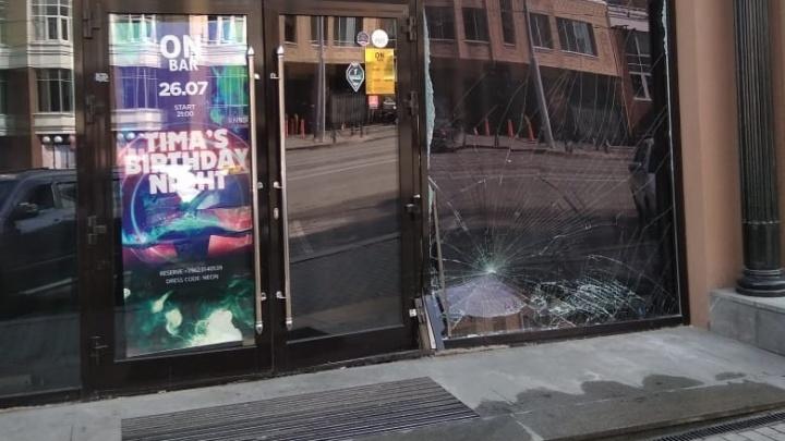 Водитель BMW, протаранивший бар на Радищева, вместо полиции поехал в командировку