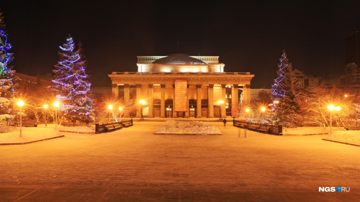 В Новосибирске возле оперного театра начали заливать каток