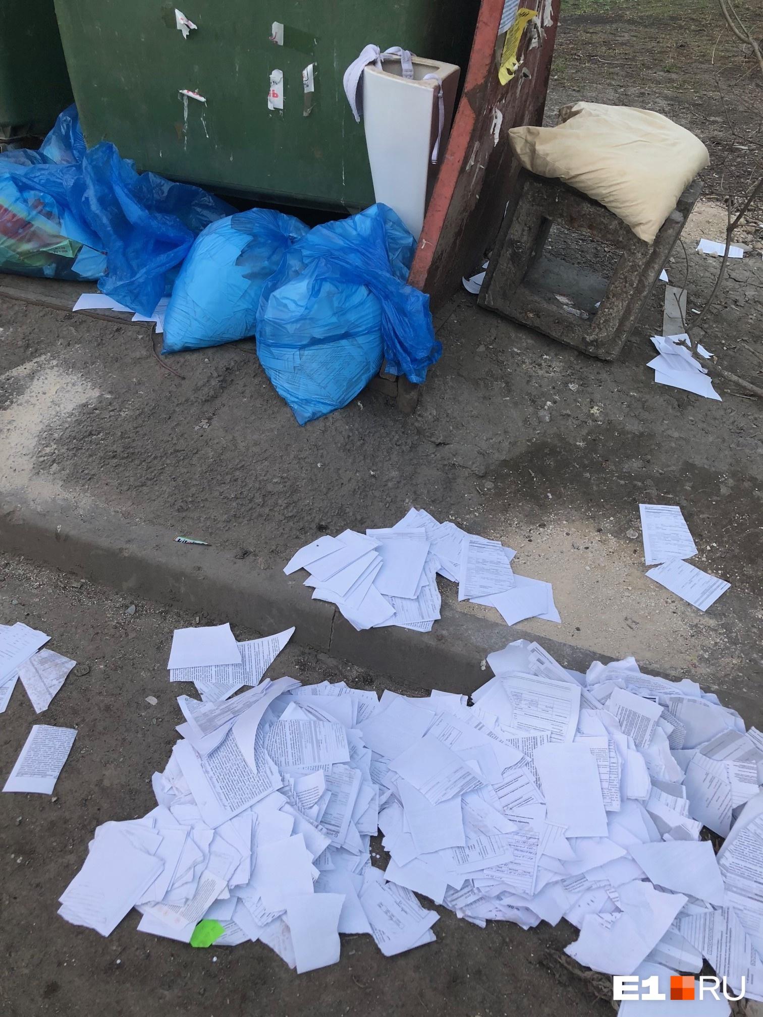 Во дворе на Ботанике выбросили сотни банковских документов с персональными данными клиентов