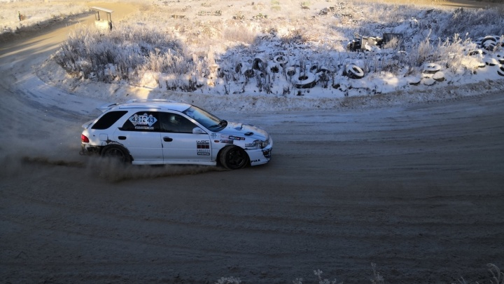 В Арамиле несколько автомобилей вылетели с трассы на массовом снежном ралли