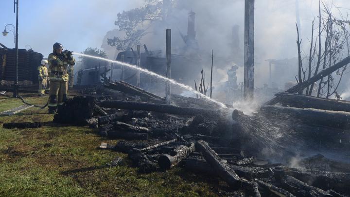 На Сибирском тракте 47 пожарных тушили «Чапаевские бани». Онлайн