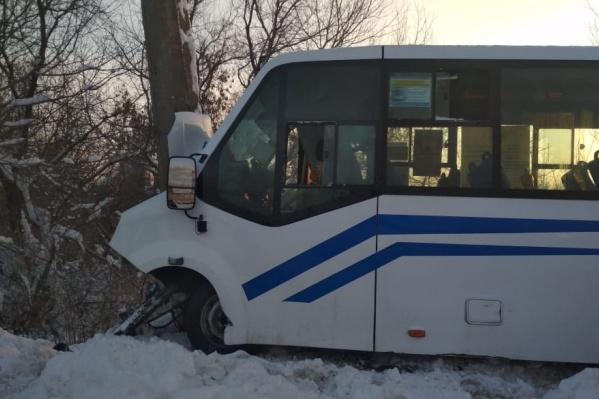 Двигатель и перед автобуса разбились вдребезги
