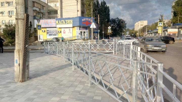 Чтобы пешеходы не калечились: на тротуаре улицы Казахской забор огородили забором