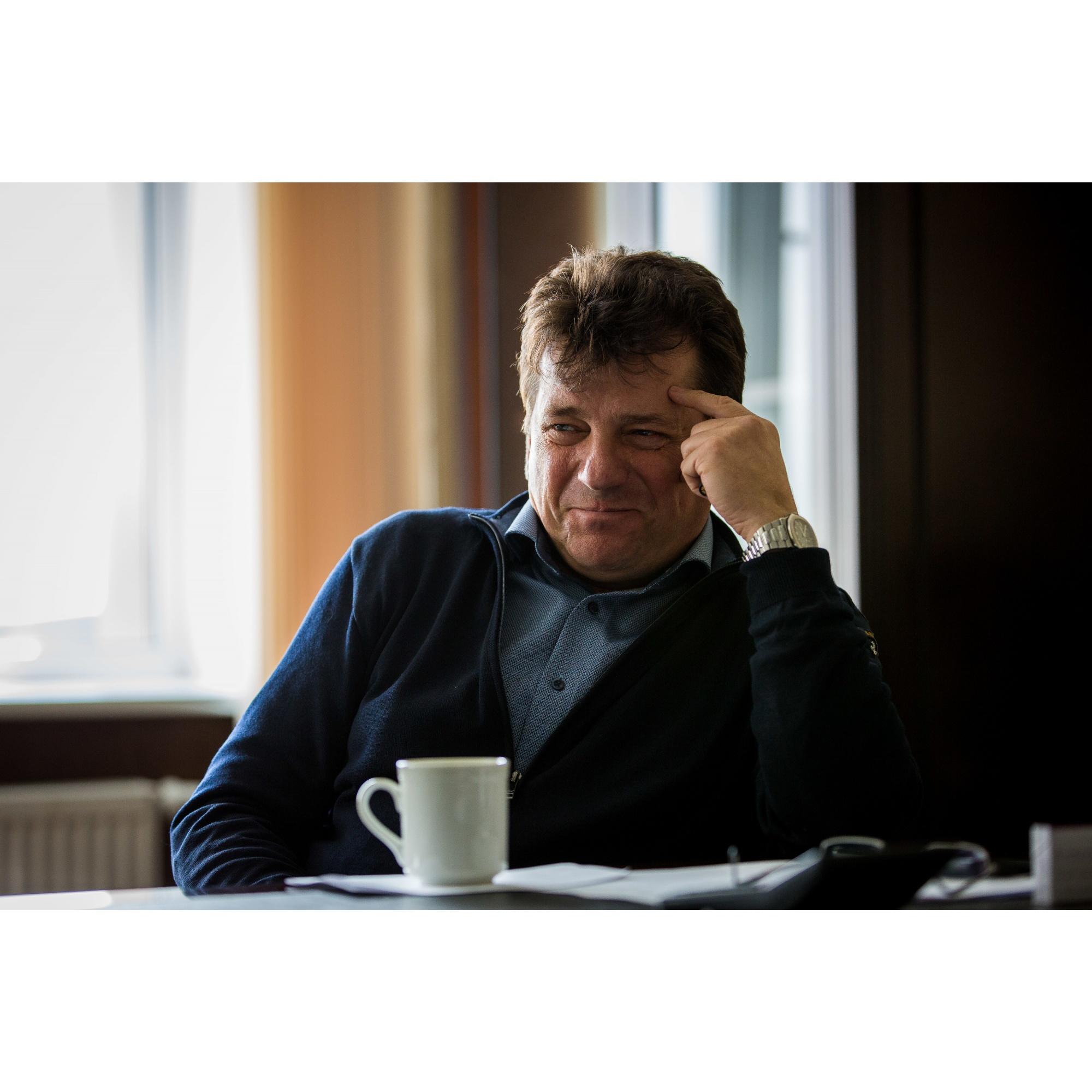 Владимир Конозаков на фермера, как его представляют городские жители, не очень похож: корреспондентов НГС он встретил с IQOS в руках — сразу становится понятно, что тут правят современные технологии