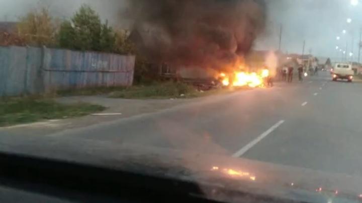 На улице Избышева пожарным пришлось тушить горящую кучу мусора, которую подожгли местные подростки