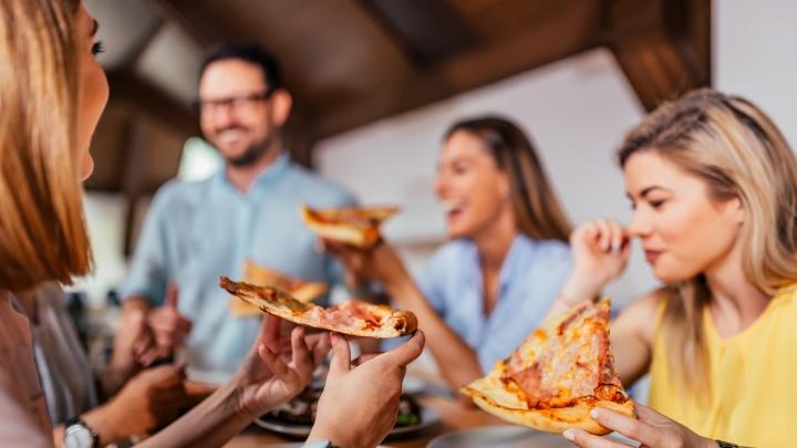 Особенности национального фастфуда: тюменцам рассказали, как правильно есть пиццу