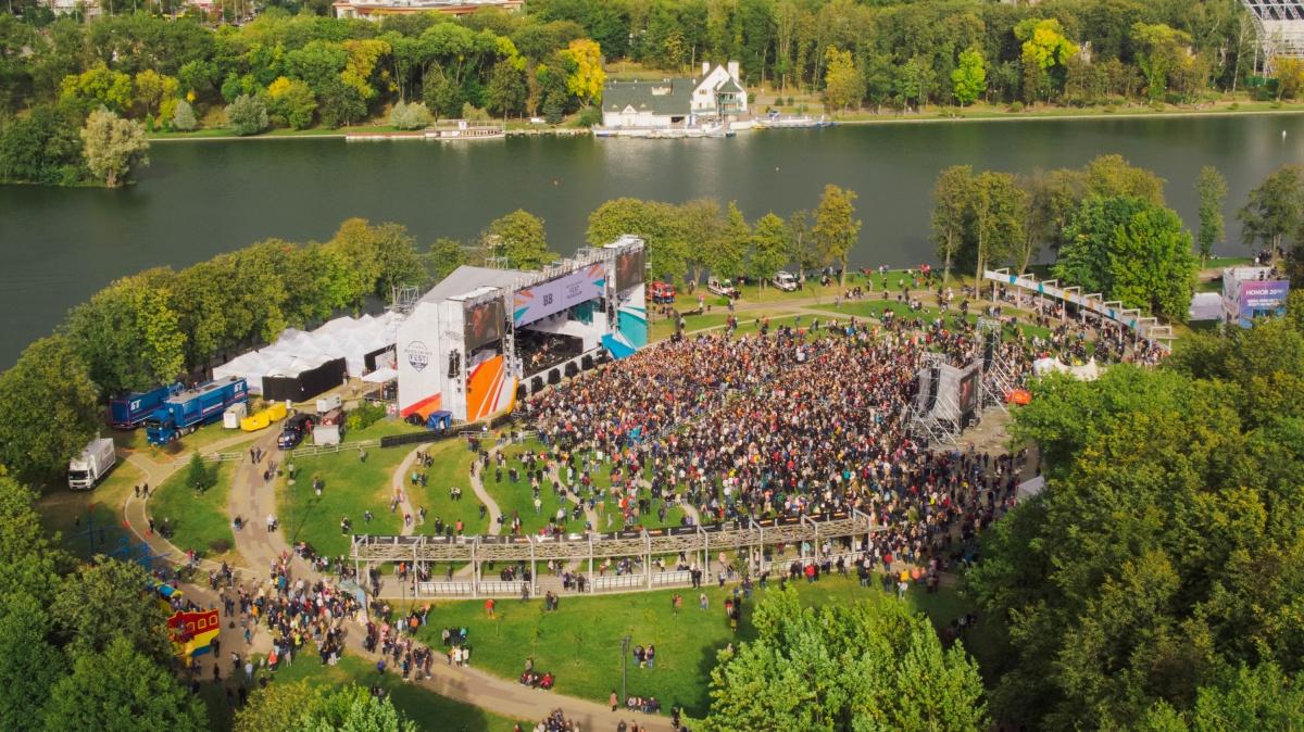 Вся эта толпа стоит у главной сцены. На самом деле площадок в парке куда больше