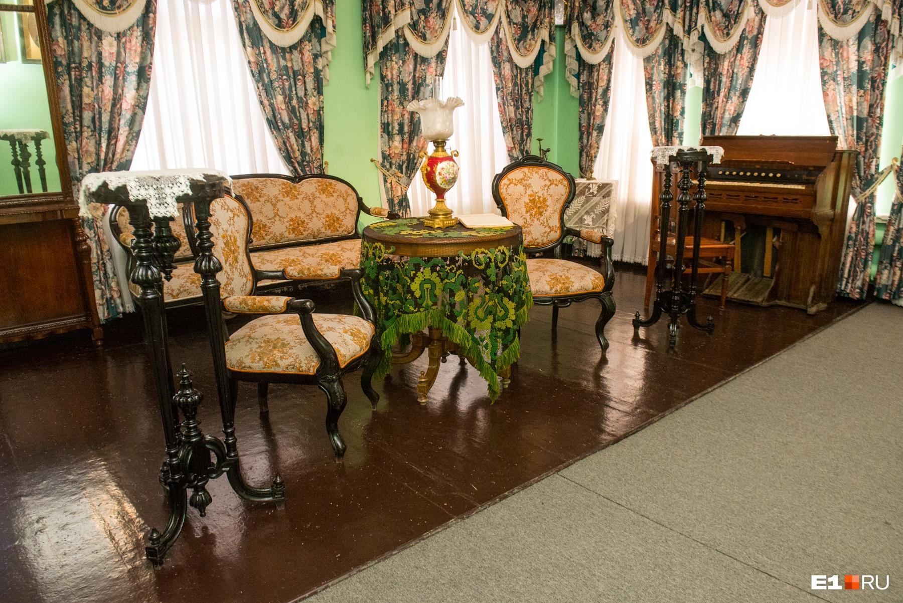 А это купеческая гостиная в стиле модерн. Шикарные комнаты!