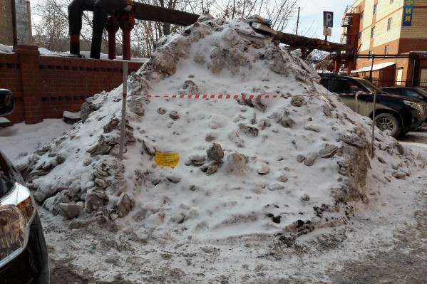Такую снежную гору обнаружила в своем дворе тюменка