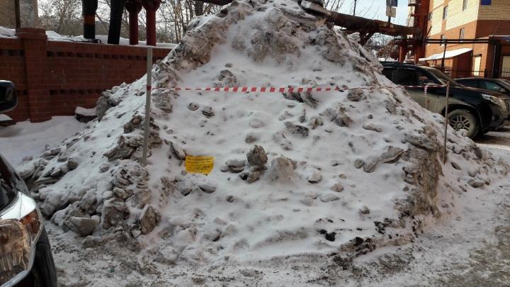 Тюмень заснеженная. Когда во дворе должны вывозить сугробы и куда звонить, если с крыши падает снег