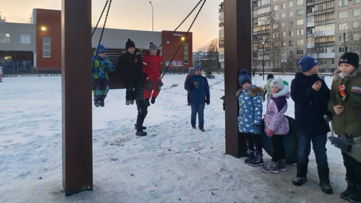 В Архангельске к новым качелям в виде буквы П выстроилась очередь детей