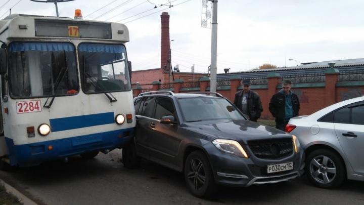 На трассе в Башкирии столкнулись две легковушки и троллейбус